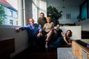 Fotografe Amélie Soenen en haar vriend Kenneth Coudyzer hebben 40 kankerpatiënten in bloot bovenlijf voor de lens gezet. Met de hulp van schrijvers Anja Hermans, Sarah Moens en Poperingenaar Philip Demaeght werden de zwart-witbeelden en getuigenissen gebundeld tot het boek (K)Anker.