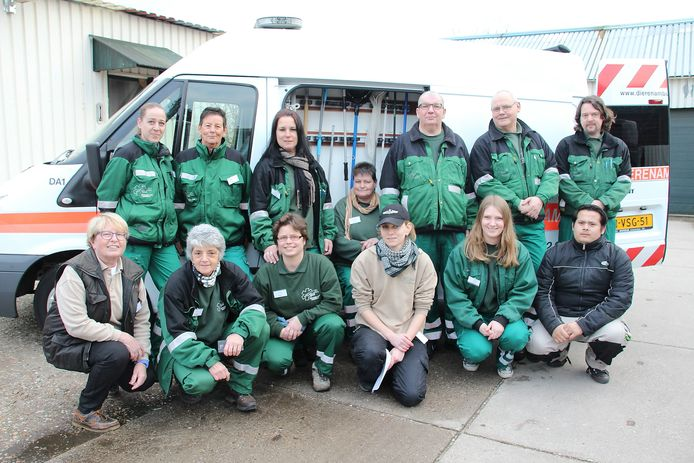 Een groep vrijwilligers van de Dierenambulance Nijmegen poseerde in 2015 vanwege het 30-jarig bestaan. Inmiddels kampt de DAN met een tekort aan vrijwilligers. Archieffoto