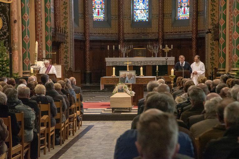 Afscheid Lucien D'Haene in parochiekerk Merelbeke. Zijn kist was geflankeerd door een foto van hem met zijn echtgenote Gerarda.