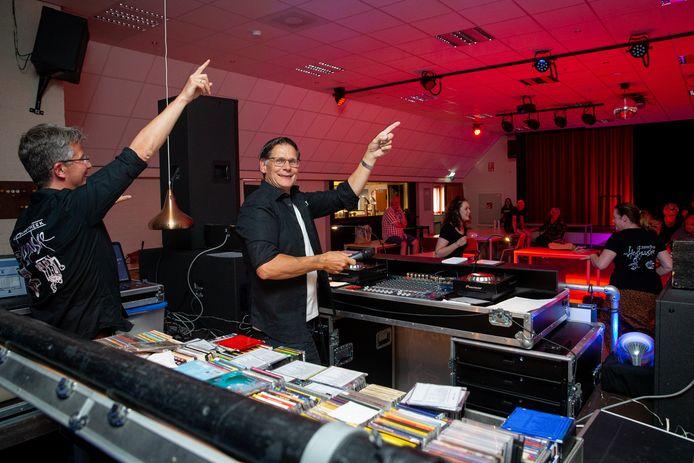 In juni 2020 draaide deejay Geert Willems  vanwege corona voor een nagenoeg lege zaal in Dorpshuis Oase in Alverna. Maar hij was live te zien op Facebook.