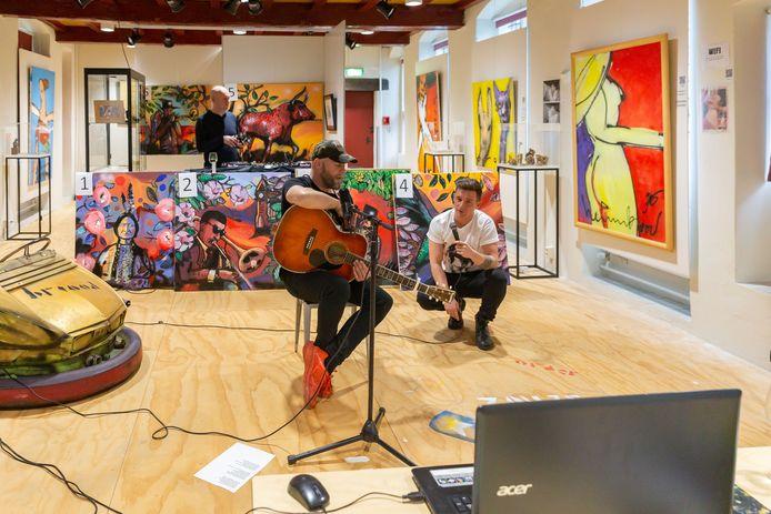 Bökkers-gitarist Erik Neimeijer houdt samen met dj Etienne La Faille en presentator Boudewijn Koops een optreden en online kunstveiling via een livestream in het Herman Brood Museum.
