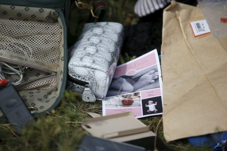 Spullen van inzittenden op de rampplek, gefotografeerd vlak nadat vlucht MH17 neerstortte. Beeld reuters