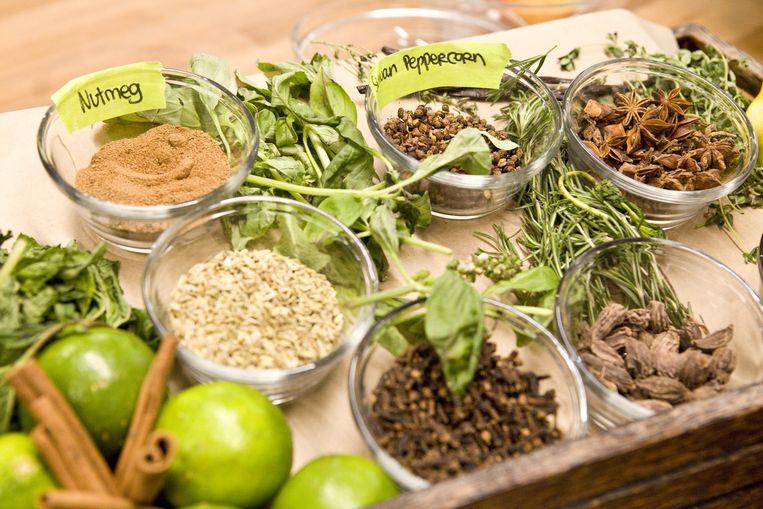 Kruiden en specerijen waar de koks dagelijks gebruik van maken. Beeld Io Cooman