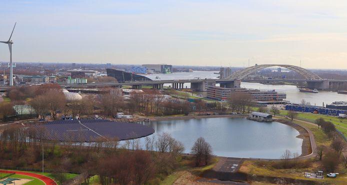 Het drijvende veld met zonnepanelen op het spaarbekken van Evides in Rotterdam-Kralingen is bijna klaar voor gebruik.