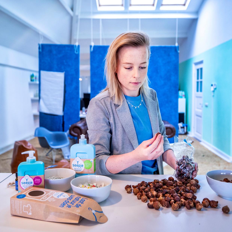 Het belangrijkste ingrediënt van alle Seepje producten: 'superschillen' die, als ze in aanraking komen met water, de was of afwas voor je doen.  Beeld Raymond Rutting / de Volkskrant