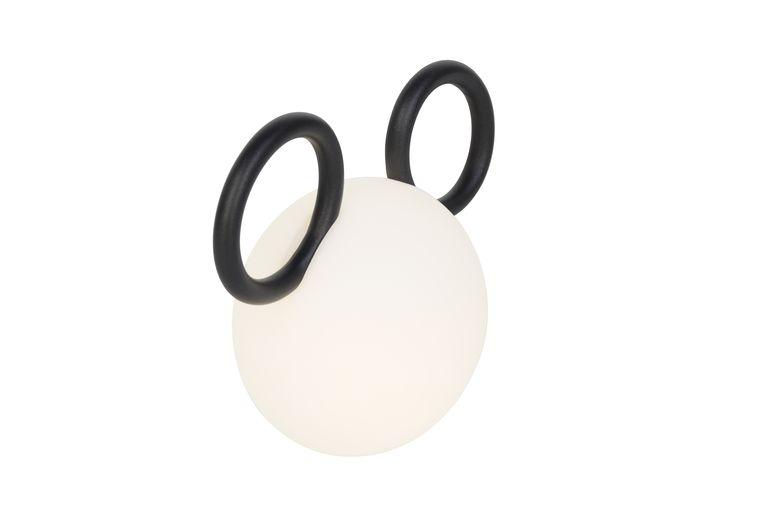 De 'Mickey Mouse'-tafellamp van Fermob geeft zeven uur licht totdat hij weer aan de stroom moet. 30 cm breed, € 129. flinders.nl Beeld RV