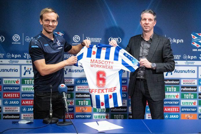 Siem de Jong, hier met technisch manager Gerry Hamstra, gaat bij Heerenveen spelen met rugnummer 6.