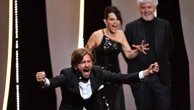 Regisseur Ruben Östlund (links) met Juliette Binoche en juryvoorzitter Pedro Almodóvar. Beeld afp