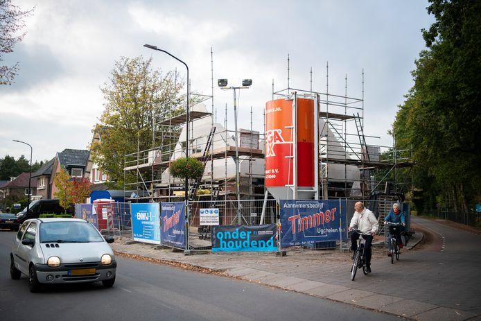 De bouw van de nieuwe Charly in Ugchelen is in volle gang. Omwonenden vrezen voor overlast door verkeer en parkeren.