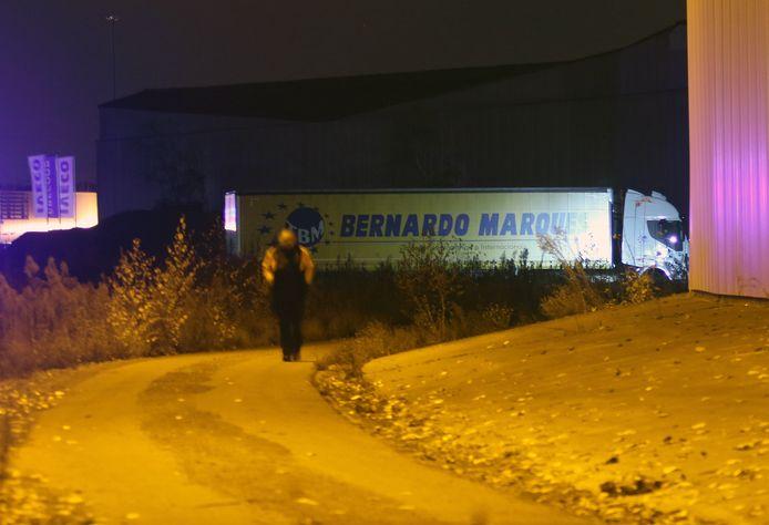 De vrachtwagen van het slachtoffer. De steekpartij gebeurde achter de leegstaande Henrad-fabriek.