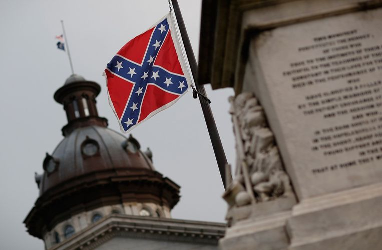 De vlag wappert aan het parlementsgebouw in hoofdstad Columbia.