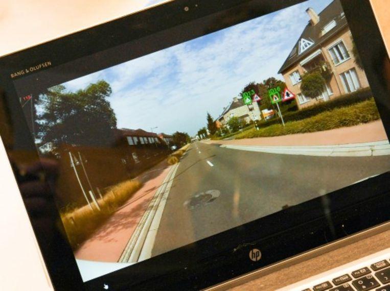 De camera's brengen de verkeersborden en de staat van het wegdek in beeld.