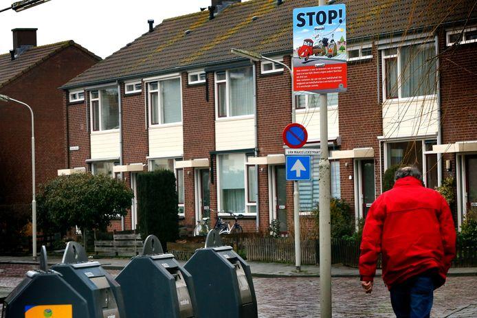 Reinigingsdienst Waardlanden plaatste vorig jaar waarschuwingsborden bij de wijkcontainers, zoals hier in de Haarwijk, om het dumpen van grofvuil tegen te gaan.