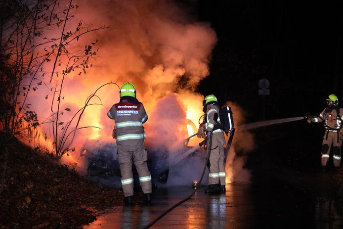 De brandweer blust de auto die bij aankomst al in lichterlaaie stond.