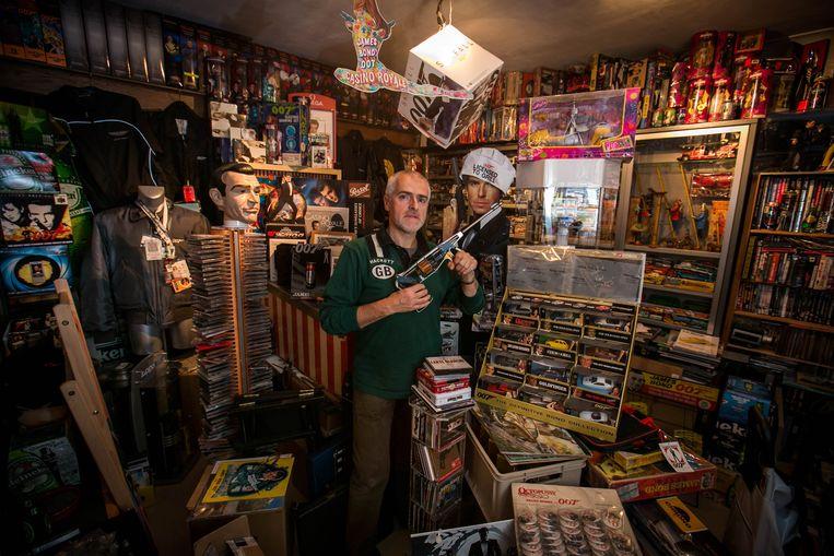 Ivo Hendrikx in een van de twee kamers in zijn huis die hij heeft volgestouwd met Bond-gadgets.