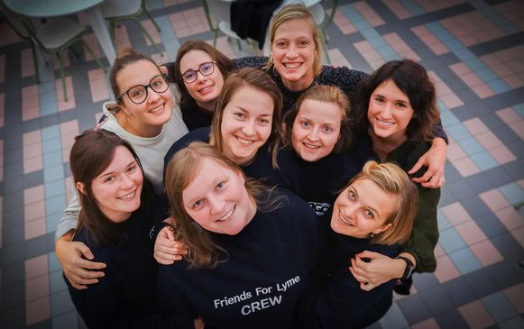 Sien staat centraal vooraan. Ze wordt op deze foto omringd door enkele vriendinnen met (vlnr.) Celien Haspeslagh, Justine Holvoet, Wouke Descamps, Madieke D'Haene, Lisa Vandevenne, Veerle Coornaert, Julie Verfaillie en Marie Vandevenne.