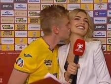 Un coéquipier de KDB embrasse soudainement une journaliste dans le cou