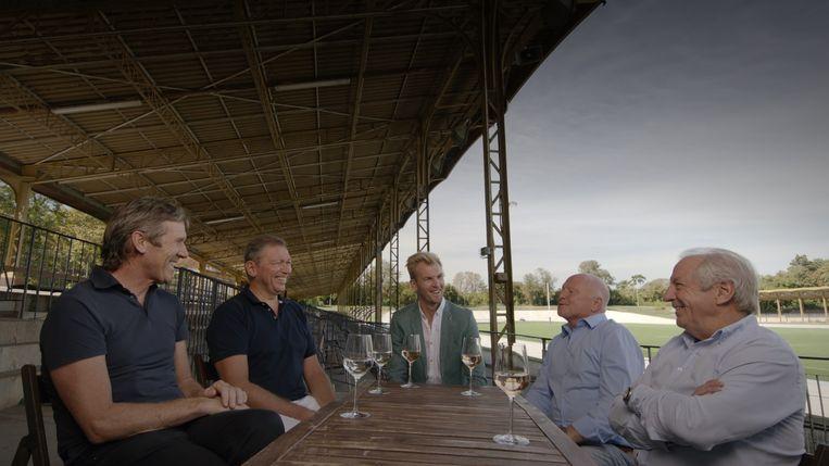 Een scène uit 'De kleedkamer': Ruben (links) in gesprek met ex-wielrenners Rudy Pevenage (midden) en José De Cauwer (rechts).