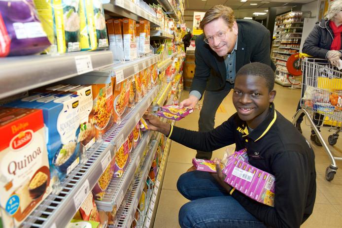 Brevin Ogolla doet werkervaring op in de supermarkt van Teun van Blijderveen in Zetten en Heteren.