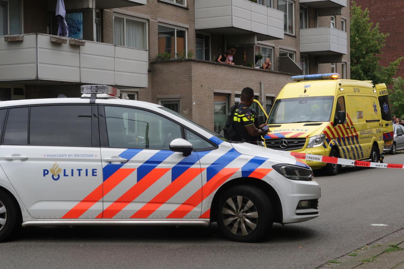 De politie heeft vrijdagmiddag de Leuvenaarstraat in Breda afgezet na de schietpartij waarbij een bewoner gewond raakte.