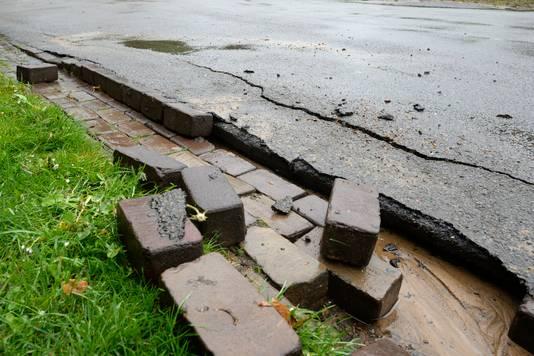 De kracht van het water op de Menthenbergseweg is zo sterk geweest dat het asfalt en de klinkers zijn losgeslagen.