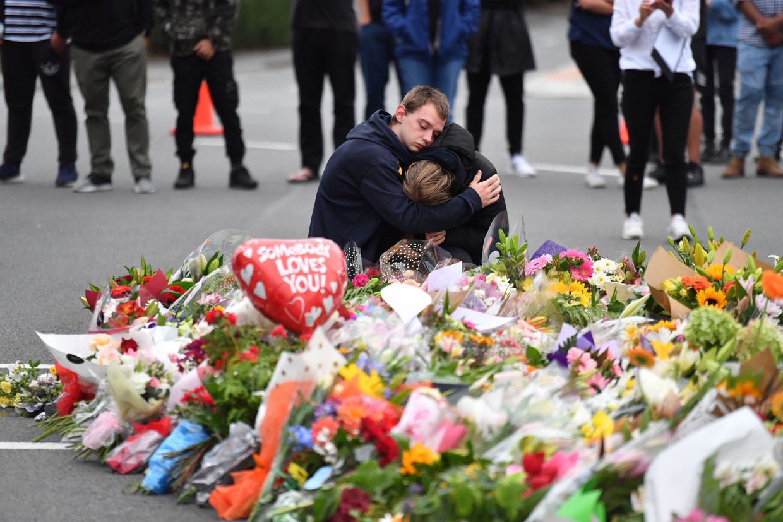Inwoners rouwen bij een bloemenzee nabij de Al Noor Masjid-moskee in Christchurch, Nieuw-Zeeland, waar bij een terreuraanslag vrijdag zeker 50 mensen om het leven kwamen.
