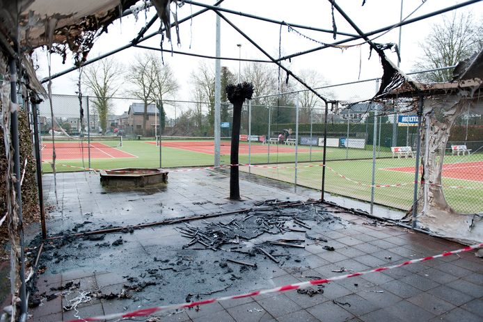 Tennisvereniging Heino wacht al jaren op een nieuw clubhuis en eerder dit jaar ging ook nog eens het tijdelijke 'clubhuis' in vlammen op. Het aantal teleurstellingen stapelt zich op.