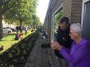 Mevrouw Jo van der Vaate (99, maar dat is totáál niet te merken) in gesprek met Bart Leeflang van Zeeuwland. Ze vindt het super de opknapte groenstrook voor de deur.