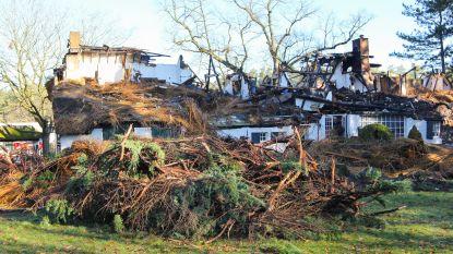 Brandweer blust 12 uur lang... maar kan hoeve met rieten dak niet redden