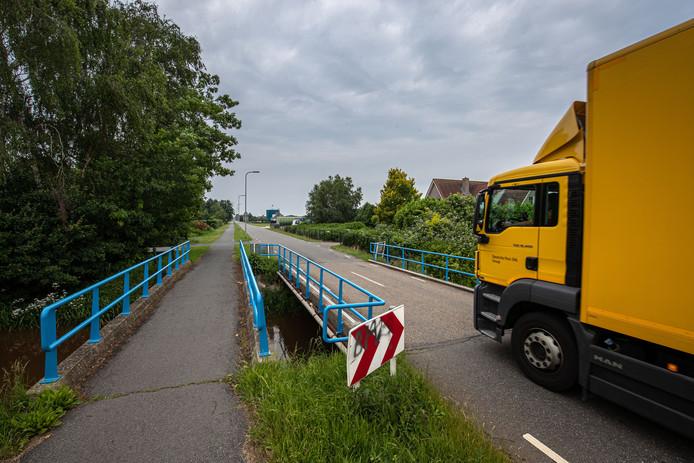 De gemeente Kampen wil zeven bruggen, onder andere deze in de Tuindersweg, volledig vervangen. De verouderde bruggen voldoen niet aan de vernieuwde normen voor zwaar verkeer.