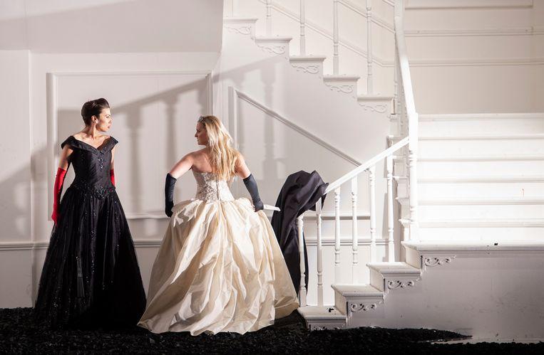 De rivaliserende schoonzussen Eduige (Katarina Bradic, in het zwart) en Rodelinda (Lucy Crowe).  Beeld Monika Rittershaus/DNO
