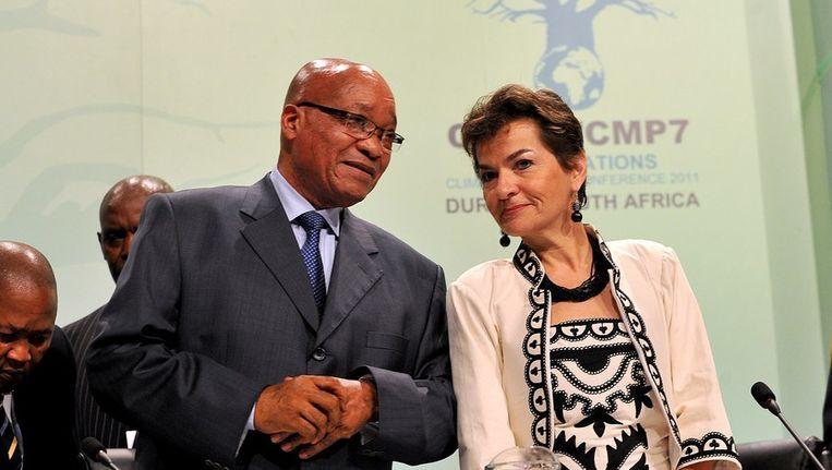 Jacob Zuma, nadat hij dan toch was gearriveerd, met de klimaatchef van de VN Christiana Figueres. Beeld afp