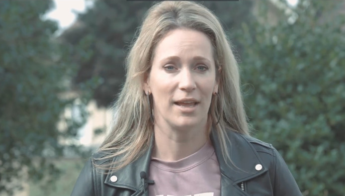 Televisieporesentatrice Hélène Hendriks in de video Breda is er voor Jullie.