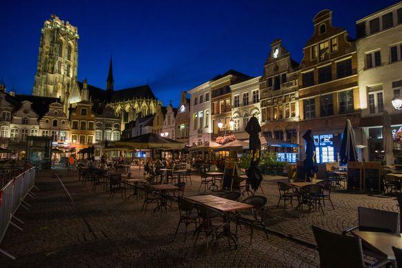 MECHELEN - De Grote Markt in Mechelen rond sluitingsuur.