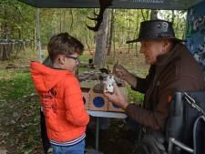 Kinderen raden en knutselen bij de boswachter in Westenschouwen