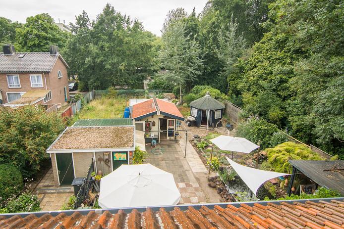 Het in 32 jaar gegroeide paradijs van Roel en Riet van Ravenswaaij aan de Filips van Bourgondiëlaan in Zeist.