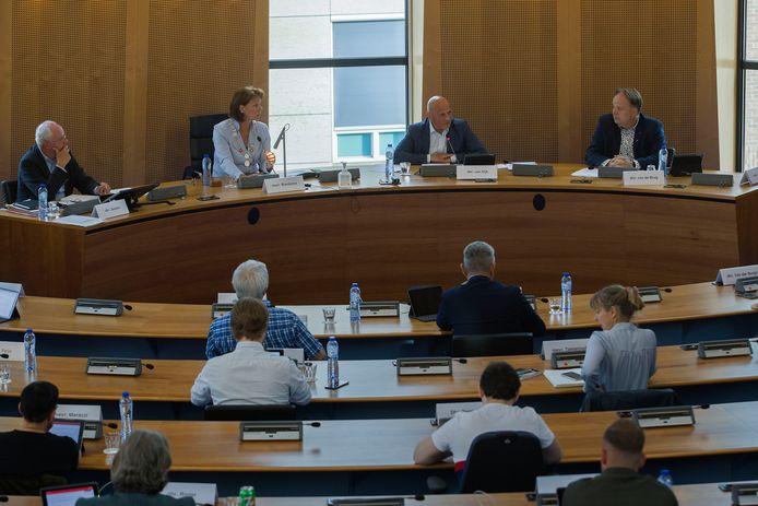 Wethouder Harrie van Dijk (achteraan, tweede van rechts) praat in juni de gemeenteraad bij over het mislukken van de stadiondeal met Helmond Sport.