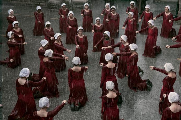 De massascènes in The Handmaid's Tale maken duidelijk dat het individu ondergeschikt is aan het collectief.