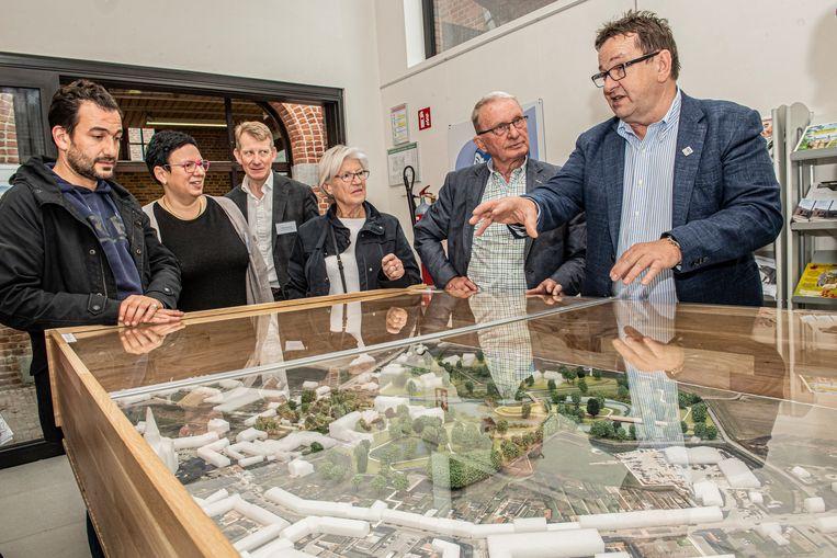 Burgemeester Ward Vergote geeft aan de maquette een woordje uitleg bij de plannen.
