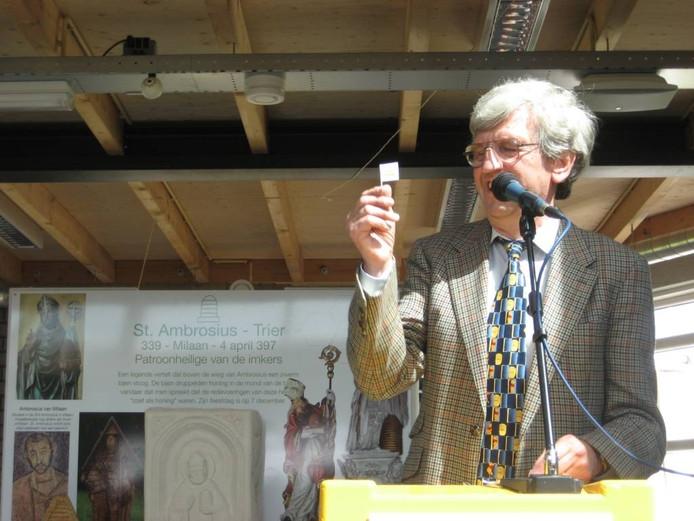 Vice-voorzitter Aad Rietveld schonk namens de Nederlandse bijenhoudersvereniging een vlag.