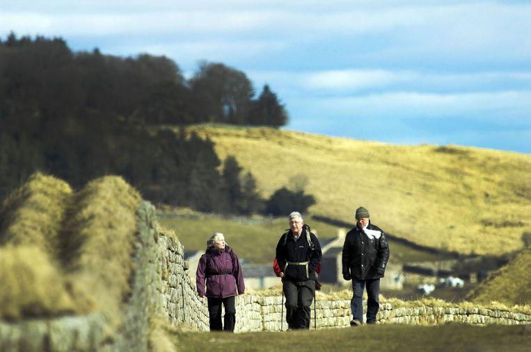 Wandelaars op de Muur van Hadrianus Beeld anp
