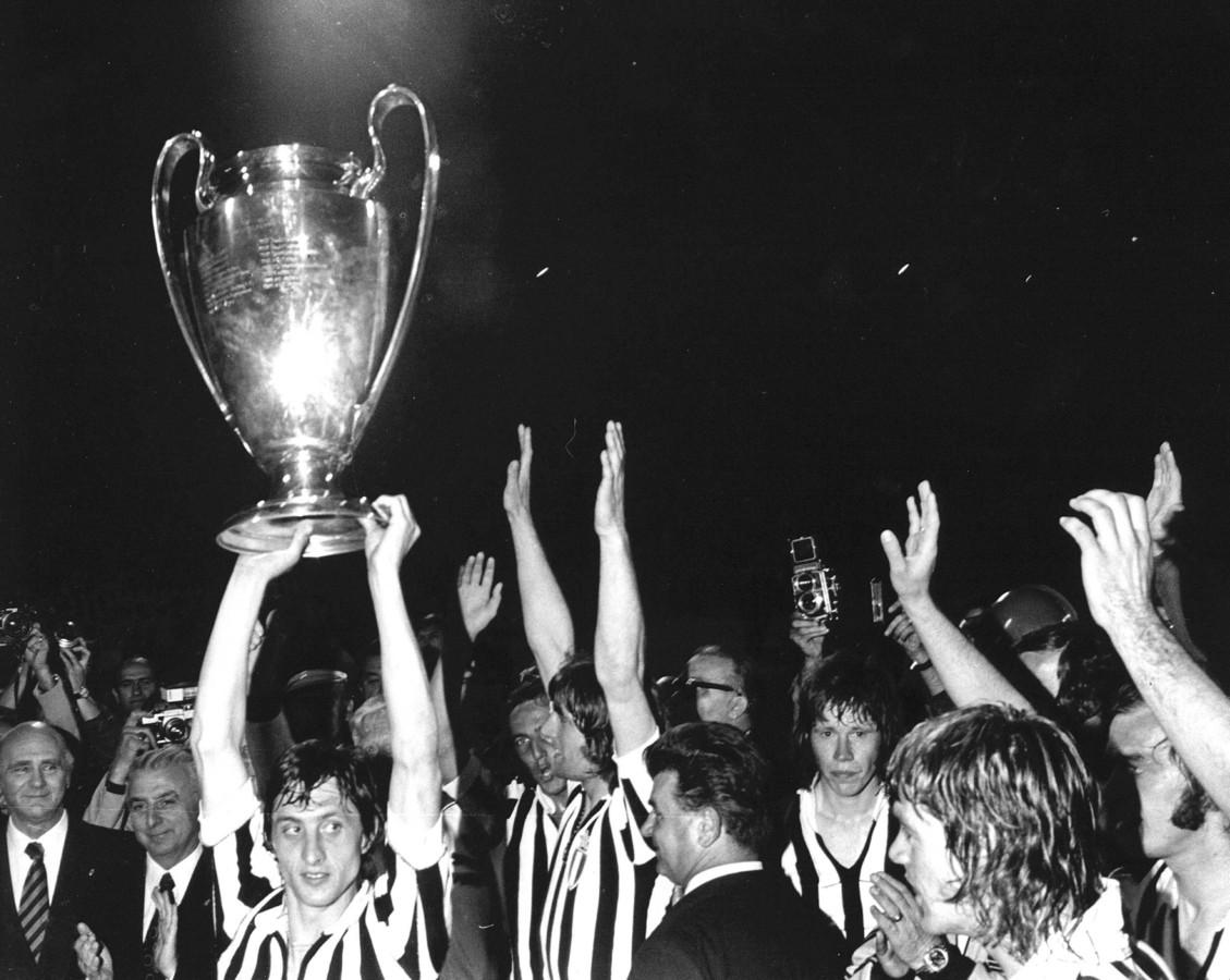 In het shirt van het verslagen Juventus tilt Johan Cruijff in 1973 de Europa Cup 1 boven zijn hoofd. Ajax is voor het derde jaar op rij de beste van Europa.
