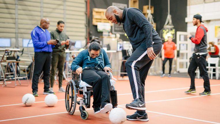 Harvey Esajas sport in het Sport Performance Centre Rijnmond met kinderen met een beperking Beeld Marc Driessen