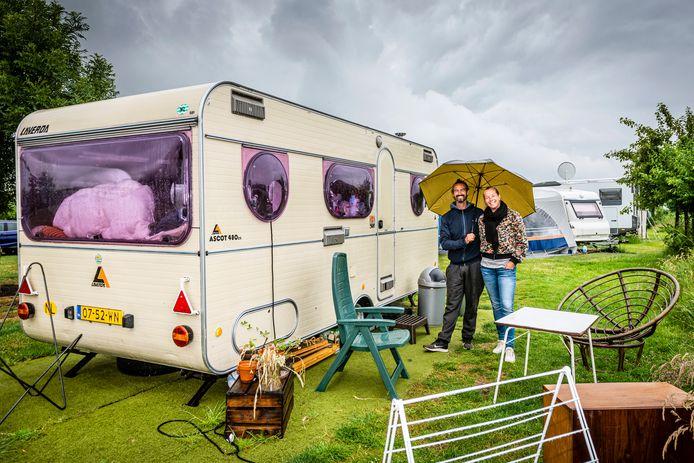 Boudewijn en Eva Vink - Huiskamp bij hun tijdelijke 'huis' op camping Polderflora.