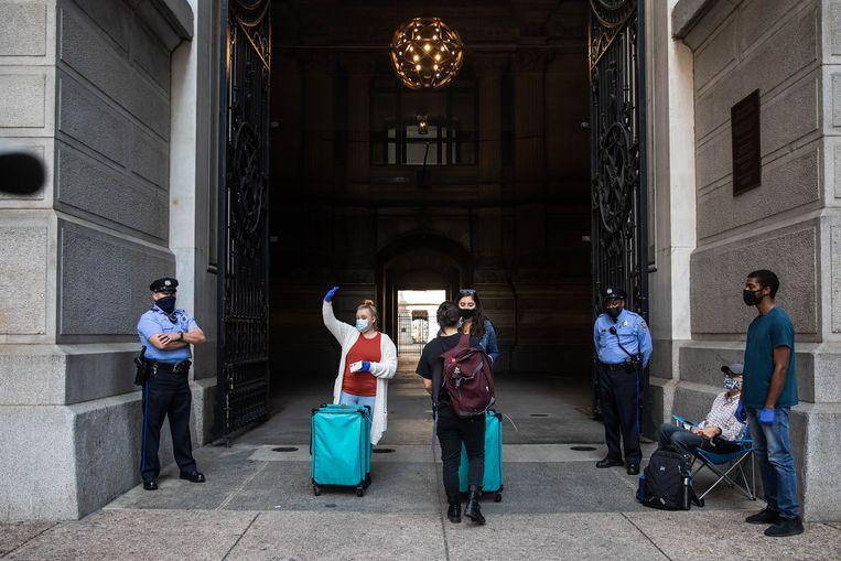Kiezers mogen de enveloppen met hun stem in blauwe koffers deponeren. Beeld AFP