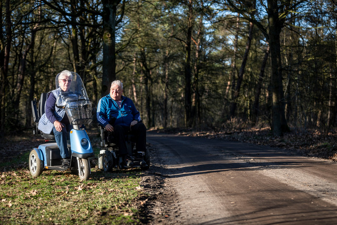 Mia van Rooij en haar zoon Stan kunnen moeilijk de Hutdijk op met hun scootmobielen.