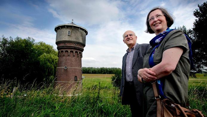 Ad Los en Monique Ubaghs zijn vol van de watertoren in Heinenoord. Die moet er weer net zo uit komen te zien als een eeuw geleden.