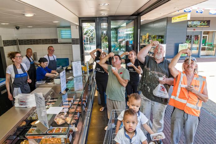Bij vishandel A.Toet (winkelcentrum Vijverhoek) is het wel duidelijk 'Het haring-happen kan niet wachten'