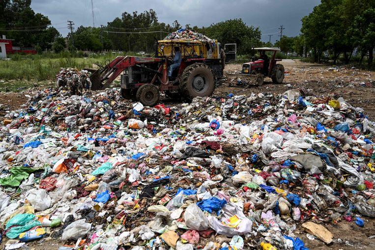 Naar schatting worden er in Pakistan jaarlijks 55 tot zelfs 112 miljard plastic zakjes uitgedeeld.