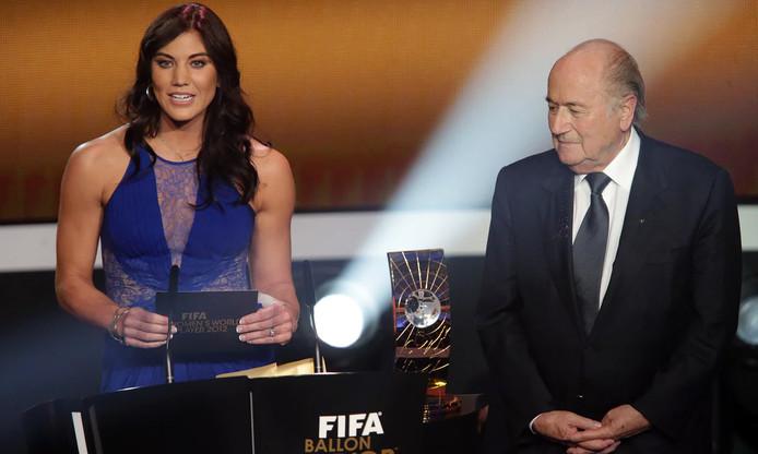 Hope Solo en Sepp Blatter tijdens de uitreiking van de Gouden Bal in 2013.